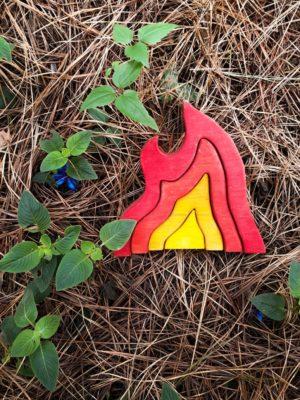 Inspirado na Pedagogia Waldorf, o Elemento Fogo é um quebra cabeça de 4 peças de madeira maciça representando uma chama.