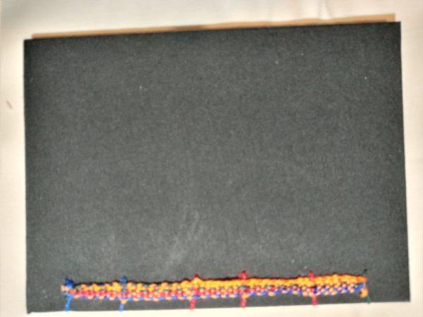 Detalhe da costura no verso do caderno